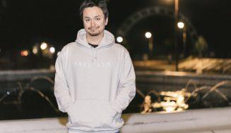 ぱくたそから「PAKUTASO」オフィシャルパーカーが発売!モデルは私だ。